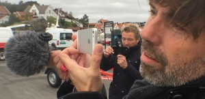 Investigative journalist in Kristiansand hand holding the Rode Video Micro